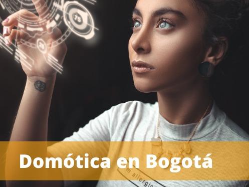 señora dando click a iconos virtuales, imagen con texto de Domótica en Bogotá