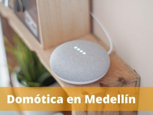 Domótica Medellín con un Google Home en el fondo