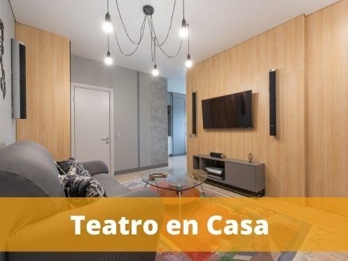 Teatro en Casa, en el fondo de la imagen se puede ver un tv y parlantes
